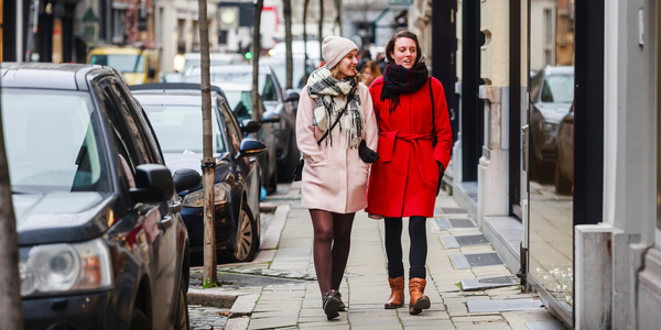 Twee vrouwen wandelen in een winkelstraat