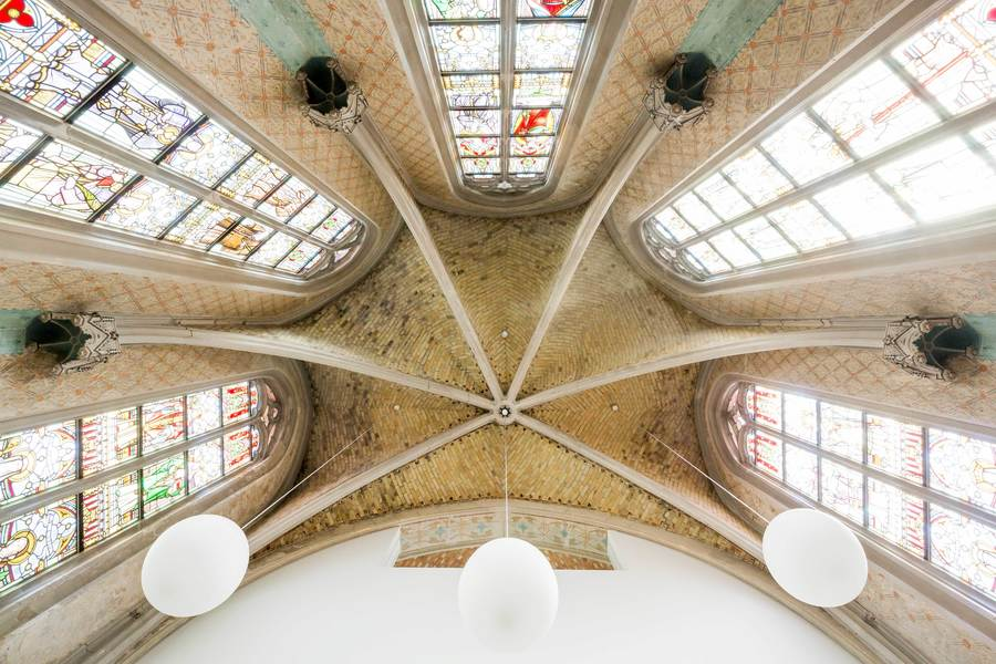 De gewelven van de kapel werden hersteld en de originele glas-in-loodramen werden gerestaureerd. De nieuwe voorzieningen, zoals de verlichting, werden subtiel aangebracht.