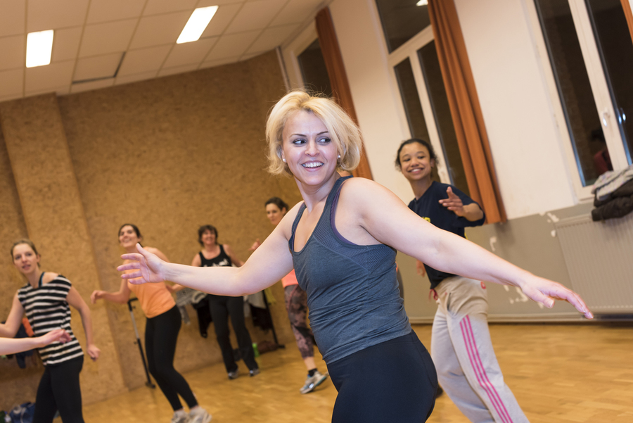 Vrouw danst in groep