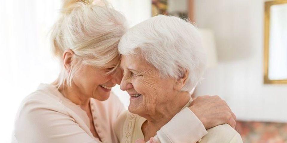 Moeder en dochter die elkaar vastnemen
