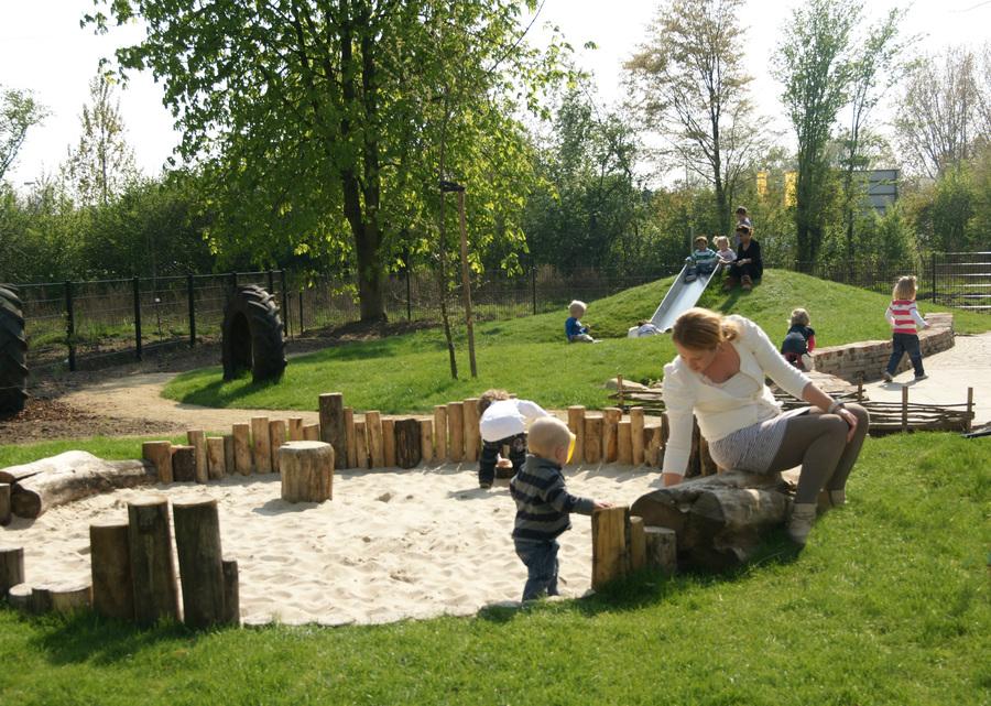 Groot terrein met speelheuvel en natuurlijke zandbak