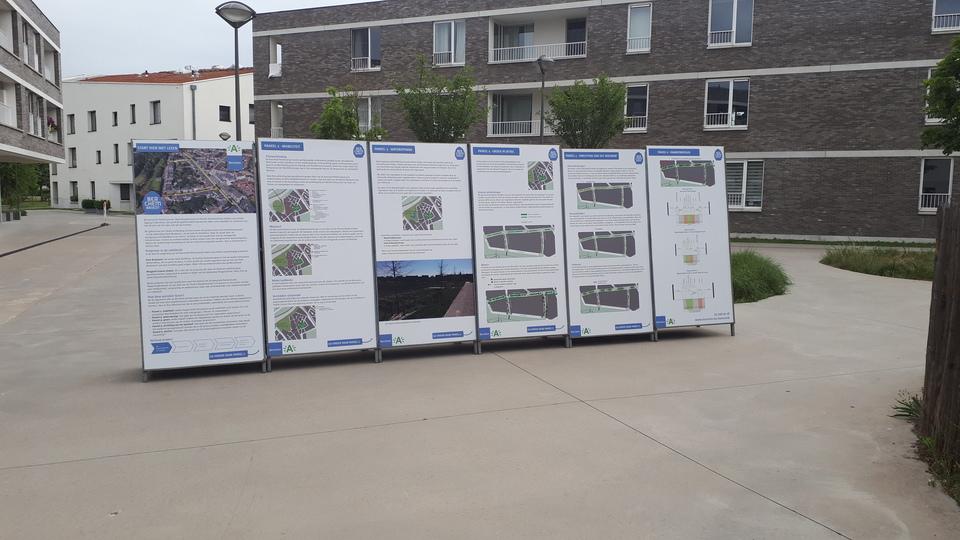 De informatieborden met de krijtlijnen van het project als voorbereiding op de inspraaksessies