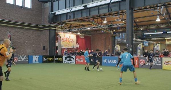 Voetballers en scheidsrechter in actie op een indoor kunstgrasveld tijdens Soccer Trophy 2018
