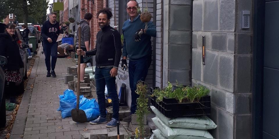 Buurtbewoners planten samen geveltuintjes
