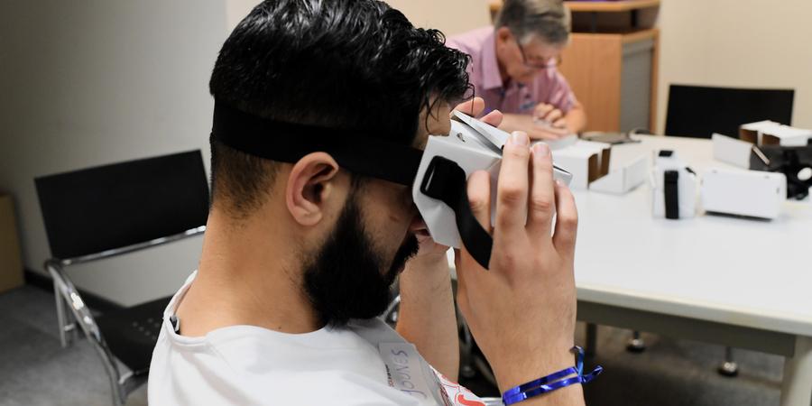 Een DCA test een VR-bril.