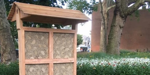 Bijenhotel tussen bloemrijke aanplantingen