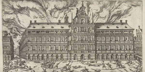 het Antwerpse stadhuis gaat in vlammen op tijdens de Spaanse Furie