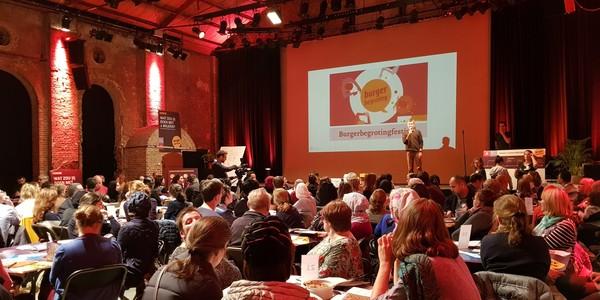 Tafels met deelnemers tijdens burgerbegrotingsfestival