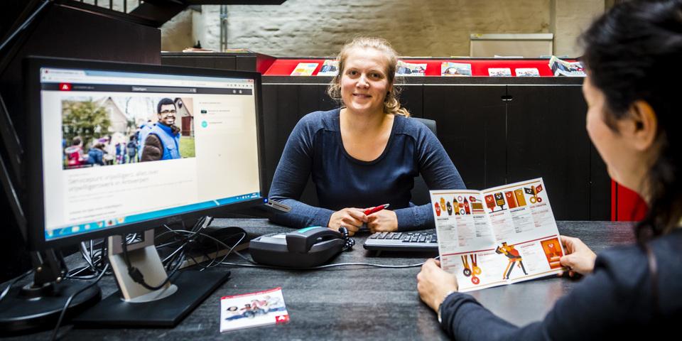 Een vrijwilliger krijgt informatie bij het Servicepunt Vrijwilligers.