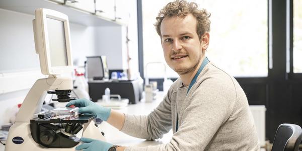 Bert Van den Bogerd aan het werk in een laboratorium.