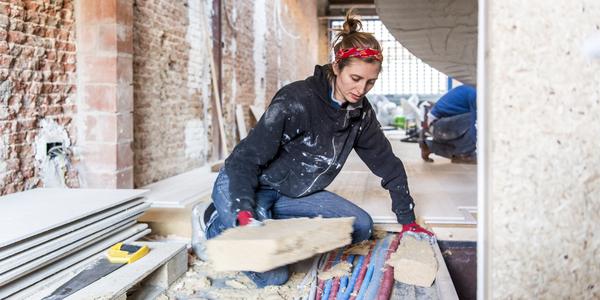 Een vrouw isoleert de vloer van haar huis