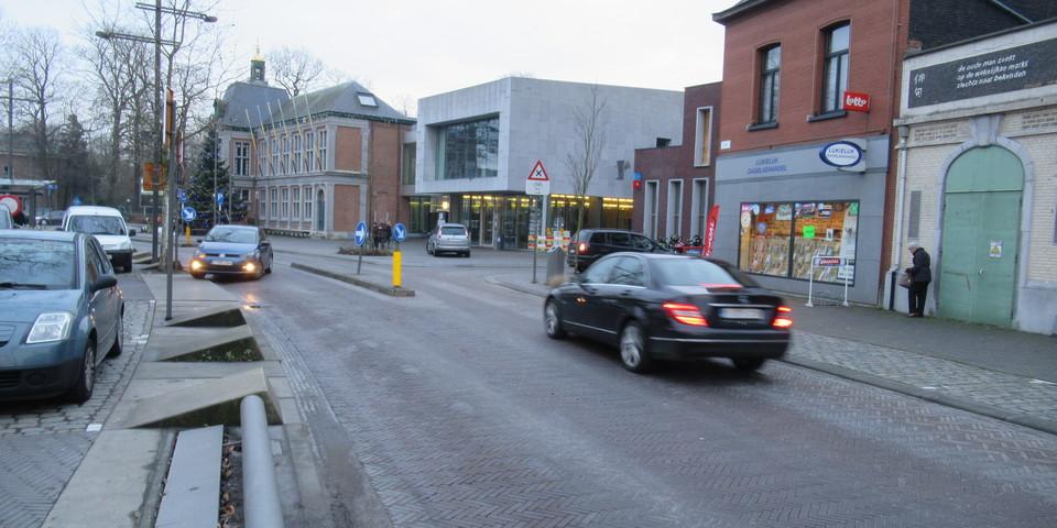 Verkeer op de rijbaan van de Bist vlak voor het districtshuis