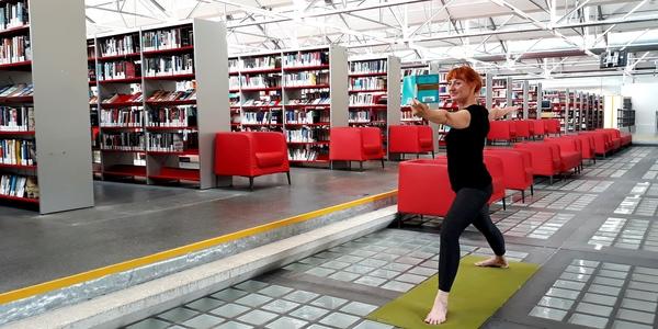yoga in bibliotheek Permeke