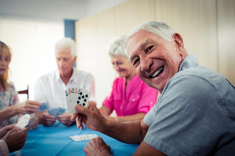Senioren die aan het kaarten zijn