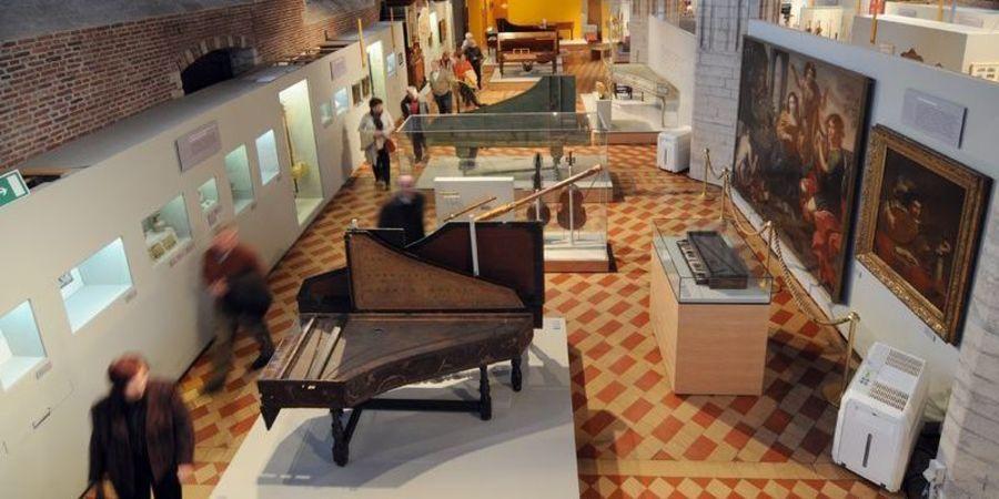 Expozaal van het Museum Vleeshuis. Met piano.