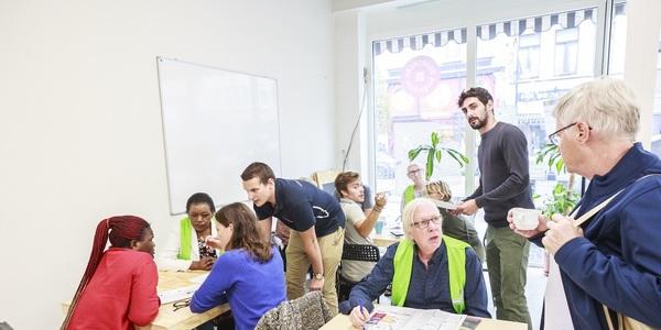 Mensen op zoek naar culturele activiteiten in Vrijetijdsloket Borgerhout