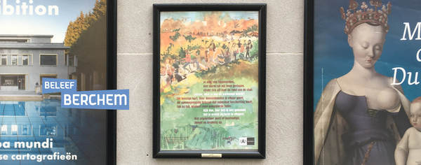 Affiche over Park Brialmont hangt in een affichekader in de straat