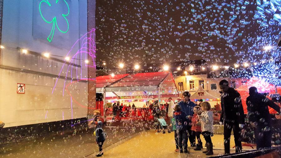 sfeerbeeld Winters Geluk 2017 | kinderen die bellenblazen