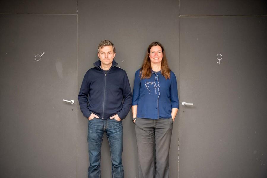 Benjamin en Liesbeth voor de toiletten