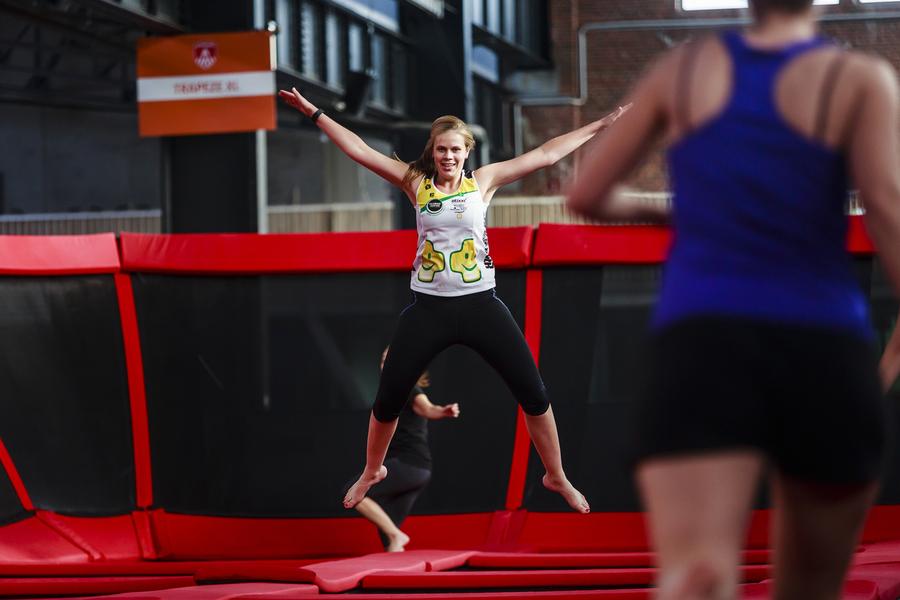 Springen op een trampoline in Sportopia