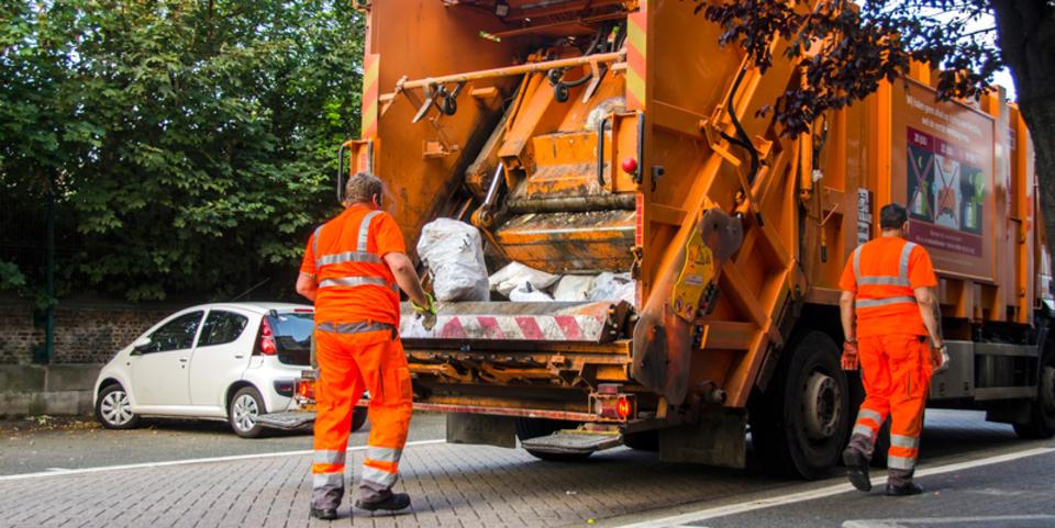 Vuilnismannen halen afval op