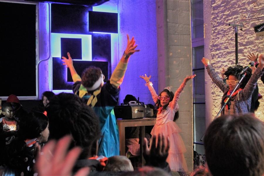 Discobart fuift samen met kinderen op een carnavalsfeest
