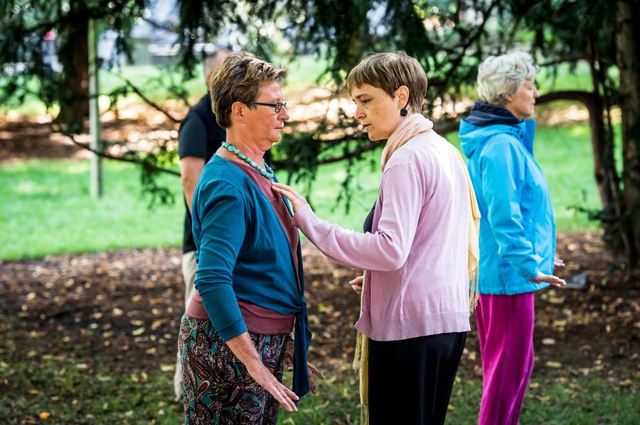 Groep vrouwen doen een tai chi oefening in het park