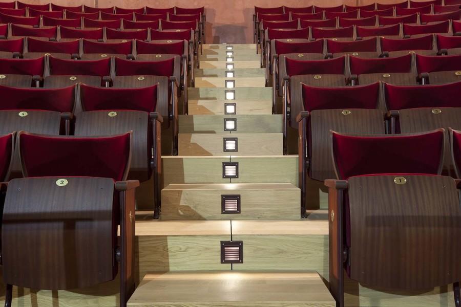 Alle balkonstoelen werden vervangen. Om de aankoop hiervan te financieren werden alle oude stoelen verkocht en kregen sympathisanten de kans om een nieuwe stoel te sponsoren door middel van een naamplaatje op de rugleuning van de stoelen.