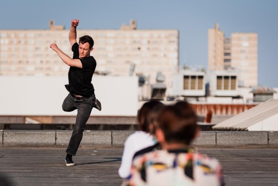 Danser op een dak en publiek