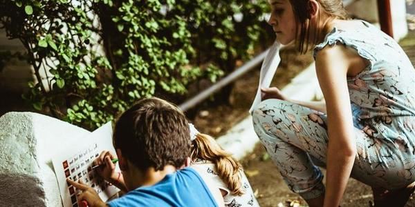 Enthousiaste groep jonge gezinnen voor een voortuin-make-over