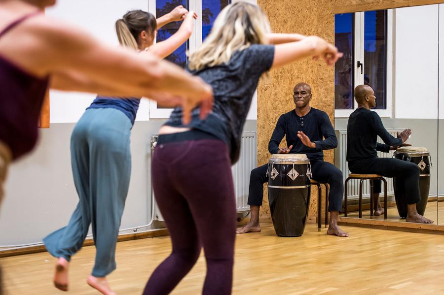 Drie vrouwen dansen op de beats van een Afro-Brazilaanse drum
