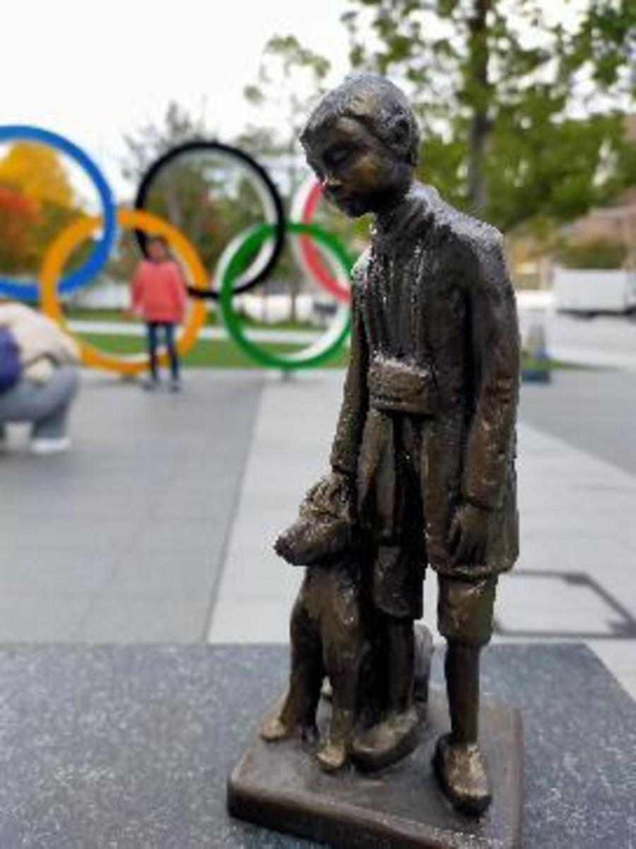 Het beeldje van Nello en Patrasche voor de Olympische ringen
