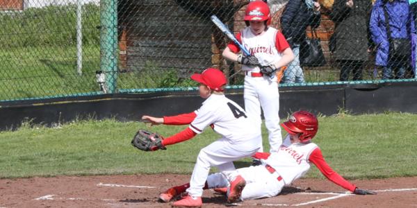 drie baseball spelers in actie