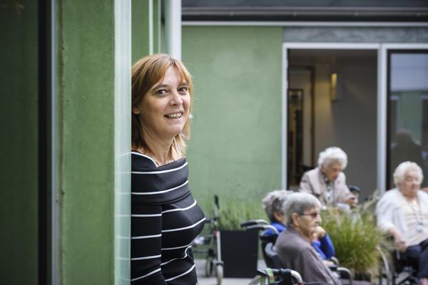 Veerle Verheyen, regiodirecteur van Zorgbedrijf Antwerpen, in een woonzorgcentrum