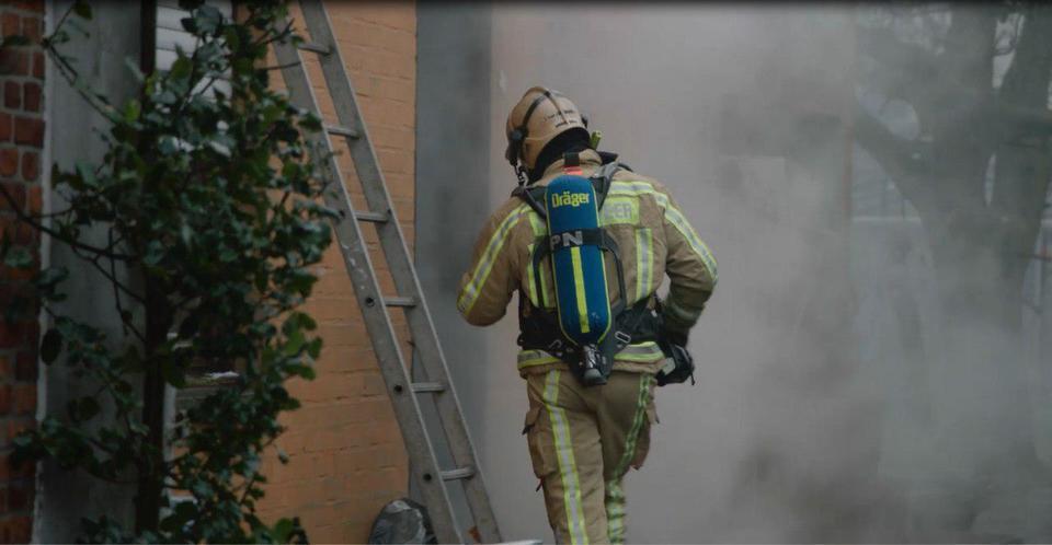 Brandweerman bij ladder