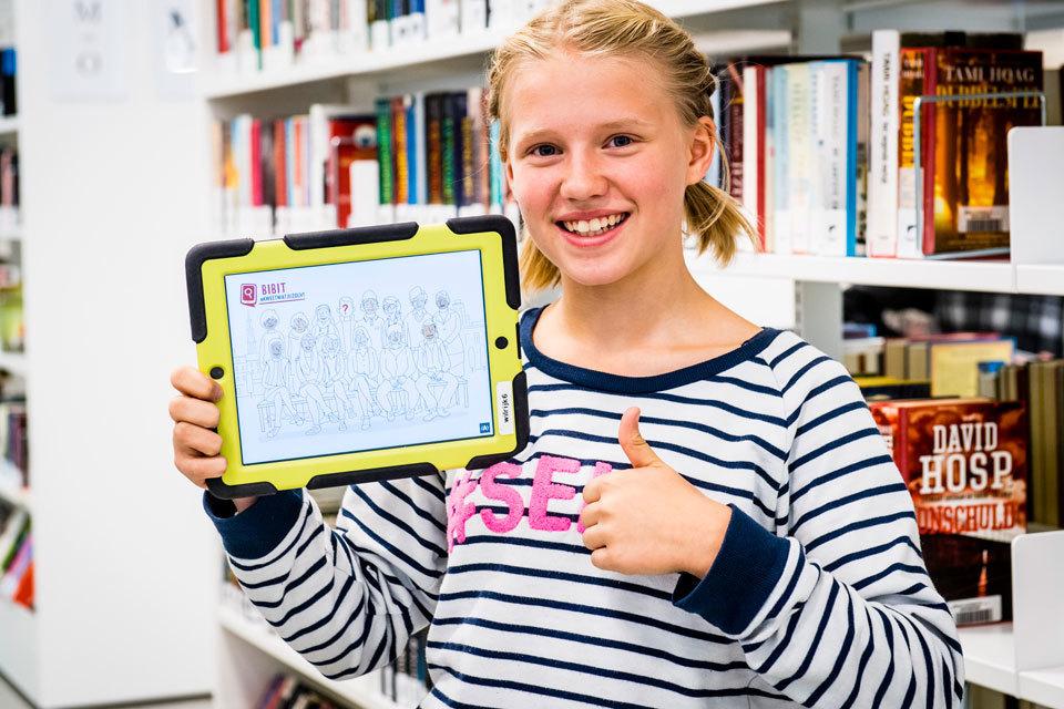 Een meisje gebruikt BIBIT op haar tablet in de bib