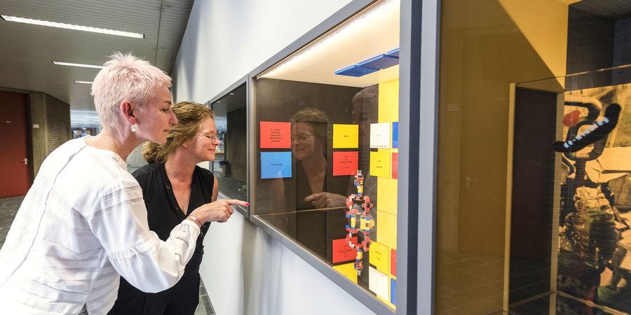 Twee dames bewonderen het Museum op Schaal