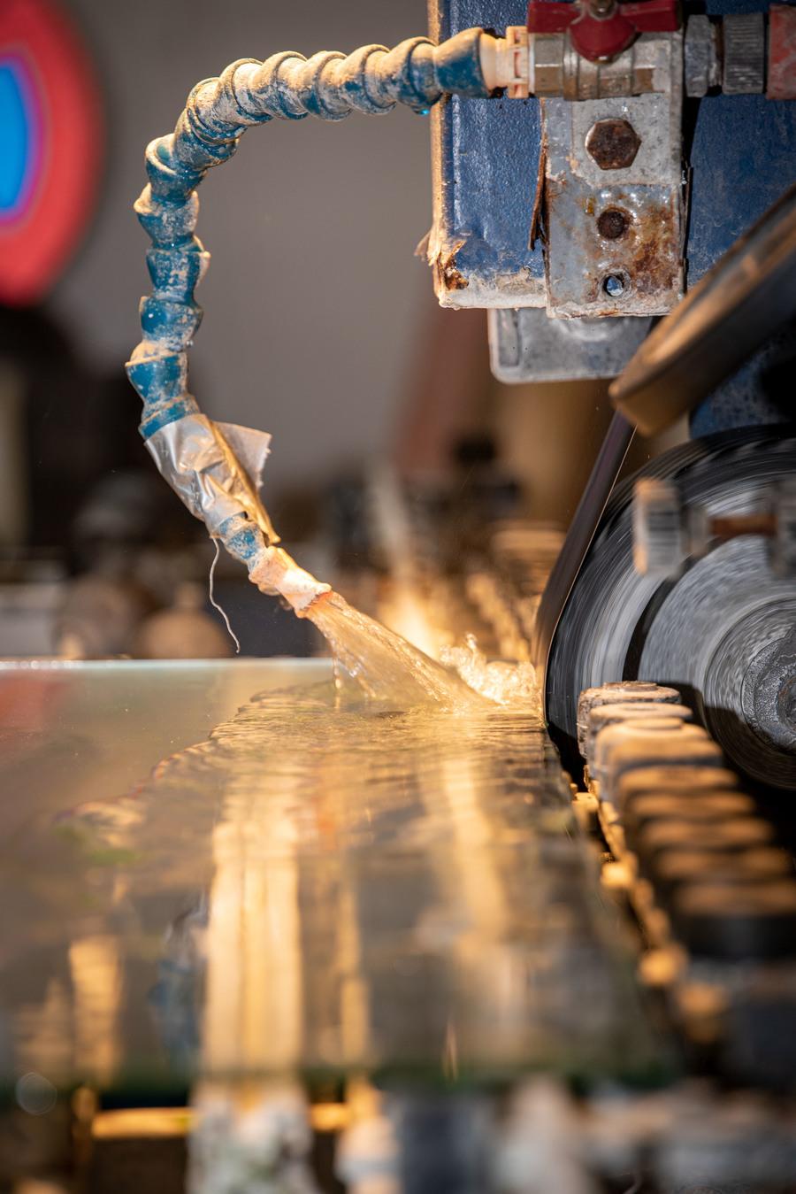Machine die water spuit op glas ter afkoeling