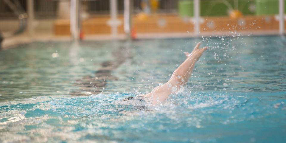 Hand van zwemmer in zwembad Sorghvliedt