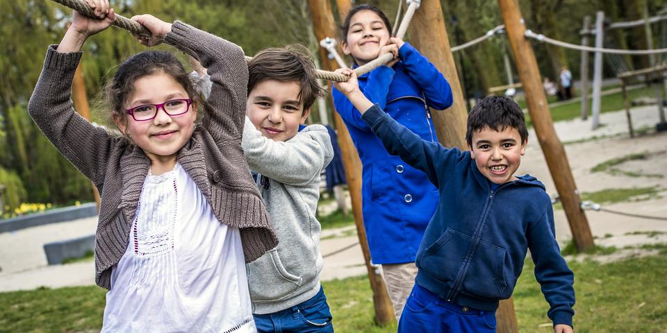 Vier spelende kinderen.
