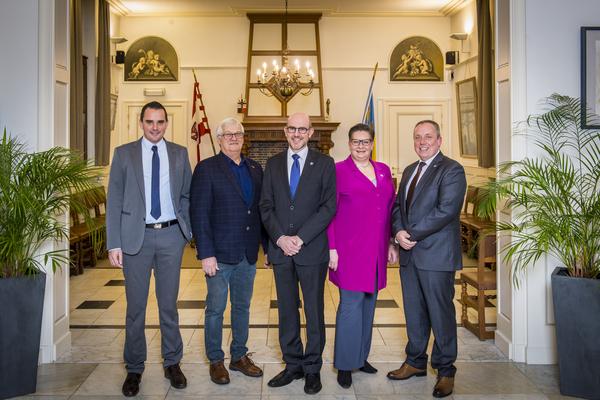 Het Ekerse districtscollege. Van links naar rechts: Mick De Maere, Ronny Kruyniers, Koen Palinckx, Annemie Plompen en Marc Elseviers.