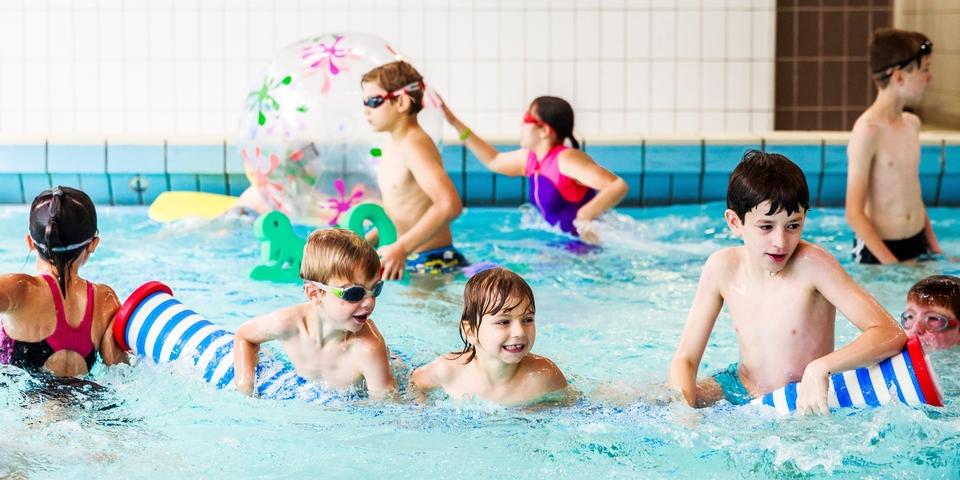 Kinderen spelen in het zwembad