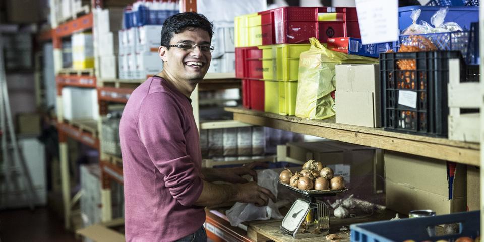 Een vrijwilliger aan het werk in een voedselopslag.