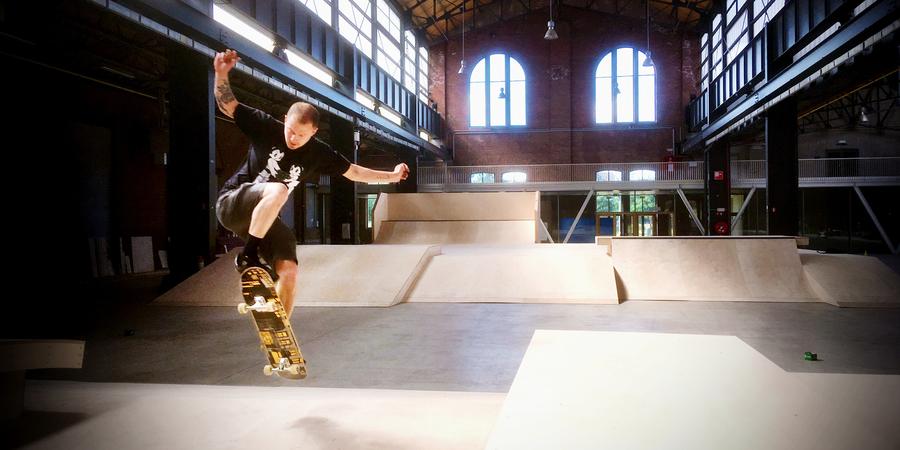 Een skater skate op het nieuwe skatepark in de Parkloods van Park Spoor Noord