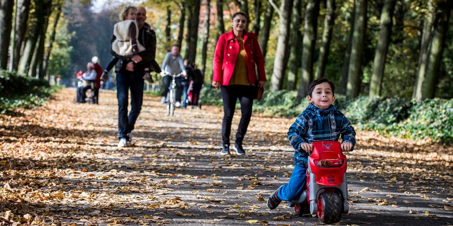 Een gezin wandelt in een park