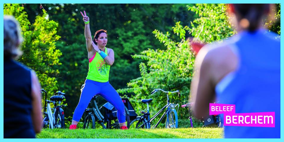 Carinne geeft zumbales in het park.