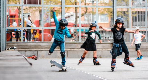 Kinderen skaten op een plein