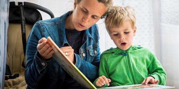 Een mama leest voor aan haar zoontje
