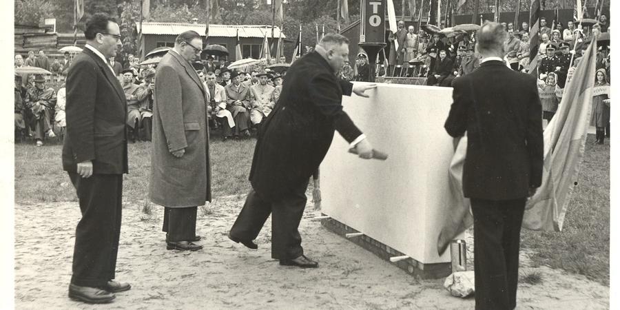 Eerstesteenlegging van het districtshuis Deurne in 1956