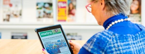 Vrouw leest Metro op tablet in Bibliotheek Bist
